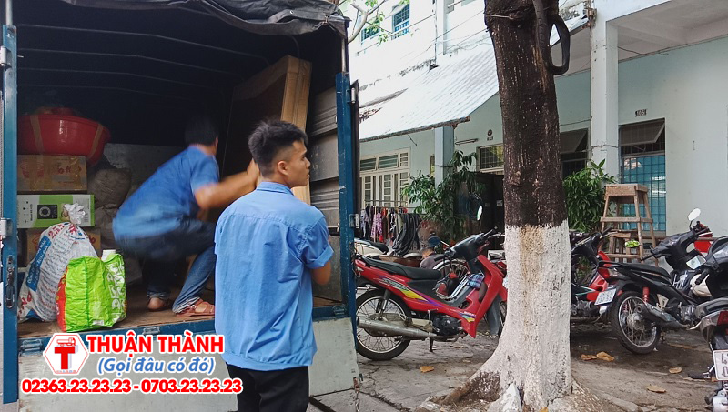nhân viên Taxi Tải Thuận Thành Đang Sắp Xếp Đồ Của Khách Hàng